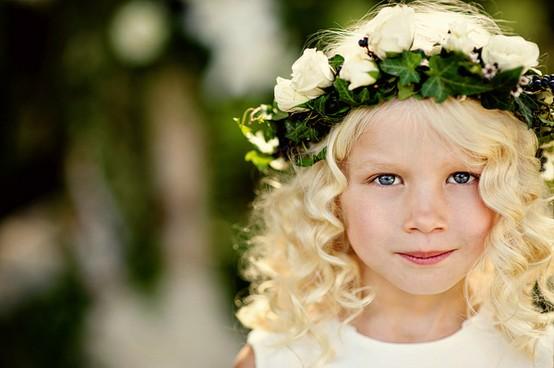 Прически для девочек с ободком-венком из цветов на свадьбу фото варианты