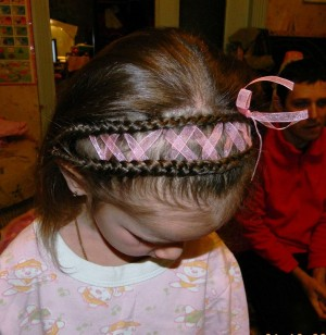 Какую Прическу Сделать Девочке на 1 сентября на короткие и средние волосы фото идеи