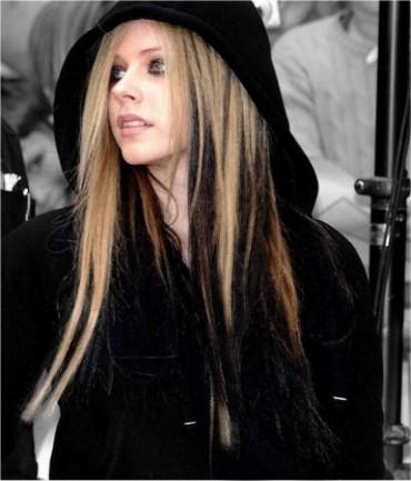 Черные Волосы и Черные Перья на Волосах  Аврил Лавин фото