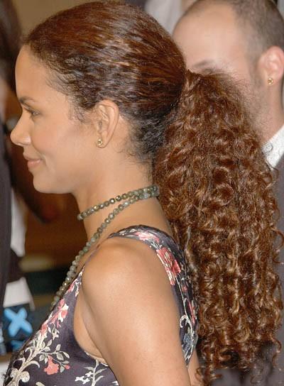 Прически на кудрявые волосы от Холли Берри фото идеи
