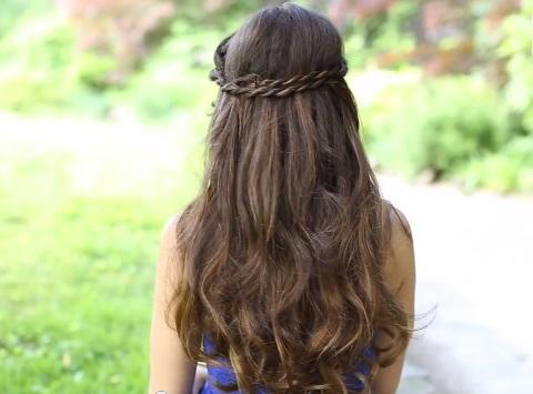 Легкие прически на распущенные волосы для лета