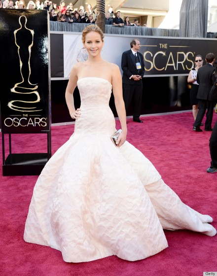 Оскар – красное и белое платья  Дженнифер Лоуренс фото и видео репортаж