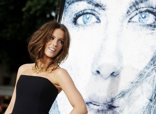 Стрижки Кейт Бекинсейл средней длины фото образы