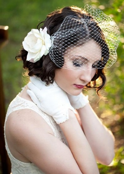 Короткие волосы Невесты с Одним Большим Цветком фото идеи